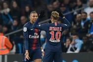 Mbappé y Neymar, de espaldas, celebran un gol del PSG esta temporada.