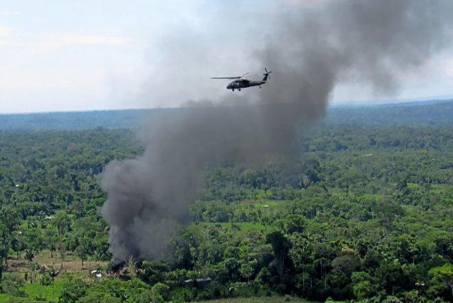 Un Black Hawk sobrevuela un laboratorio clandestino de cocaína que los 'Jungla' acaban de destruir en el Putumayo.