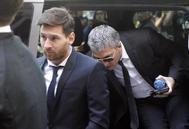 Messi y su padre, a la llegada al Palacio de Justicia de Barcelona, en 2006.