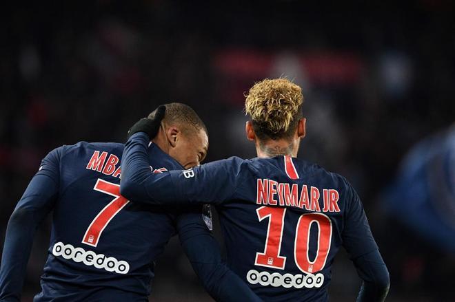 Neymar y Kylian Mbappe celebran uno de los goles del PSG al Lille.