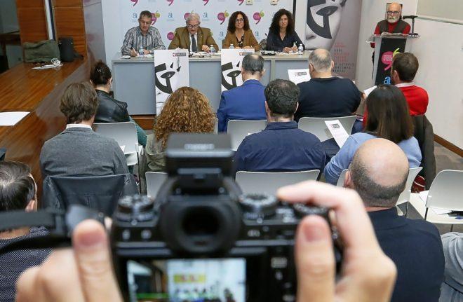 Guillermo Heras, derecha, en la presentación del festival junto a la mesa de autoridades.