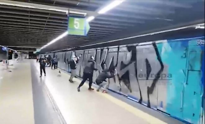 Un grupo de grafiteros pinta vagones del Metro de Madrid la pasada noche de Halloween.