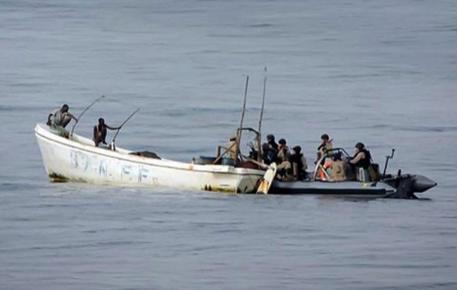 Militares españoles se disponen a inspeccionar una embarcación...
