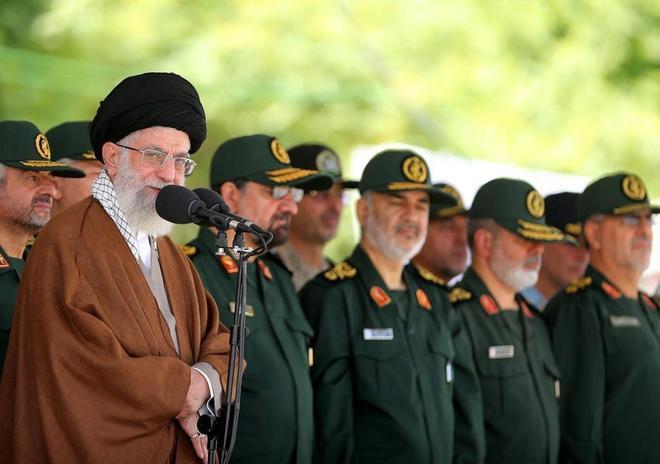 Alí Jamenei, en una pasada ceremonia militar en Teherán (Irán).