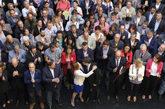 Alcaldes rodean al ex president Carles Puigdemont, la ex presidenta...