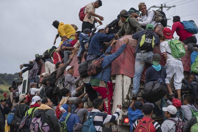 Miembros de la Caravana Migrante siguen su camino por el municipio de Sayula de Alemán.