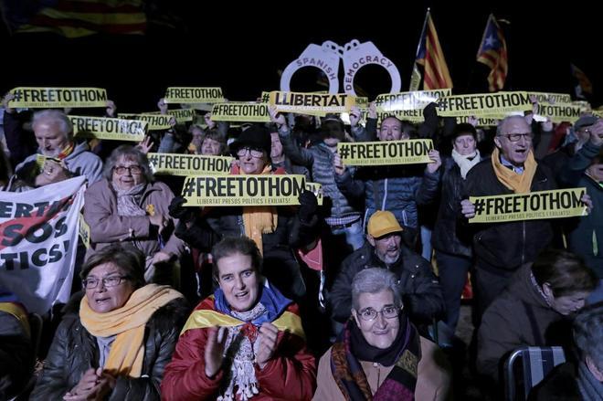 Un grupo de manifestantes a las puertas de la cárcel de Lledoners durante el acto en que se conmemora el primer aniversario del encarcelamiento de los líderes del 'procés'