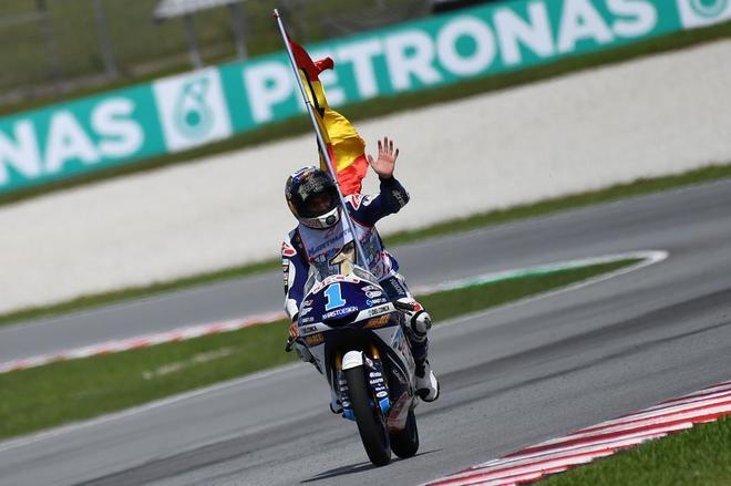 Jorge Martín, con la bandera de España, celebra su título mundial.