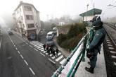 Efectivos de la Guardia Civil custodian las calles de la localidad...
