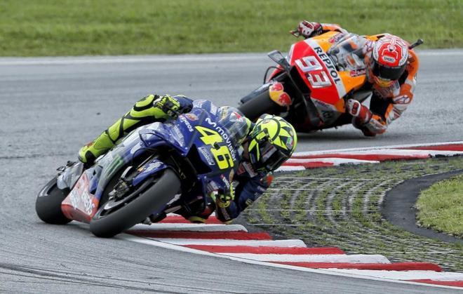 Márquez intenta alcanzar a Rossi durante la carrera de MotoGP en Malasia.