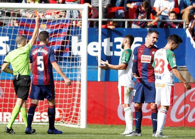 Iglesias Villanueva muestra la tarjeta roja a Rubén Duarte (c).