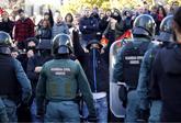 Un grupo de radicales encapuchados insultan y amenazan a los...