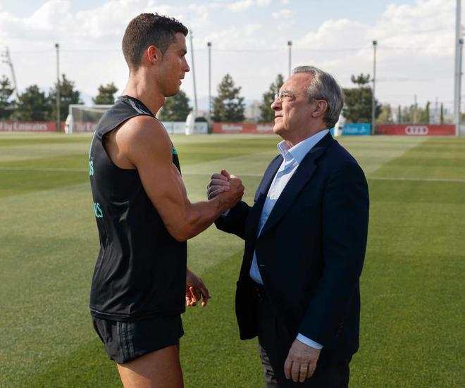 Cristiano Ronaldo saluda a Florentino Pérez durante un entrenamiento de agosto de 2017.