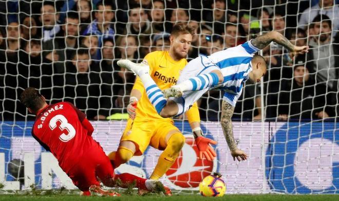 El delantero de la Real Sandro Ramírez cae ante Sergi Gómez y el portero sevillista Vaclik.