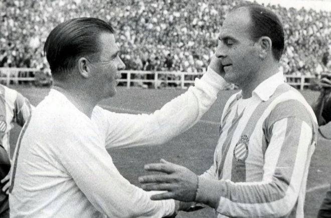 Di Stéfano, como jugador ya del Espanyol, saluda a Puskas, en la Liga 1964/65.