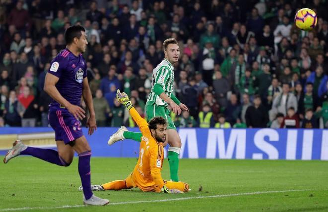 Loren bate a Sergio Álvarez, en la jugada del primer gol del partido.