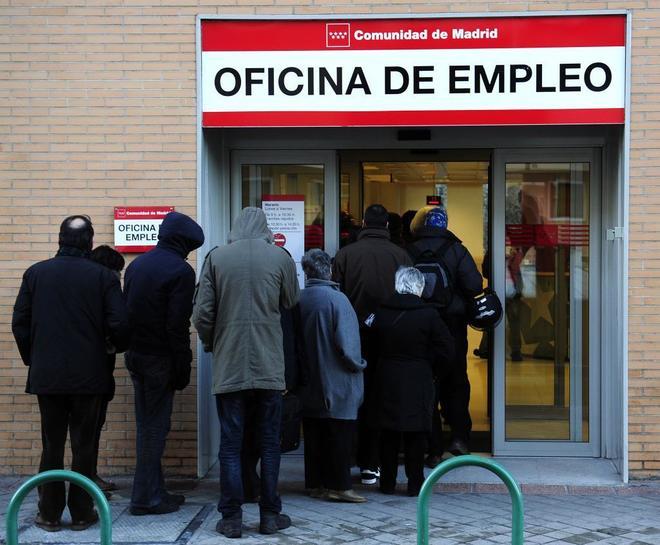 Gente a las puertas de una Oficina de Empleo de la Comunidad de Madrid.