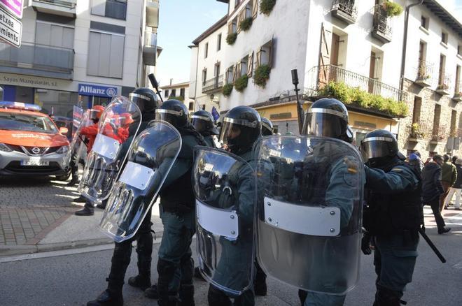 Agentes de la Guardia Civil toman posiciones frente a grupos radicales que trataron de boicotear el acto de España Ciudadana en Alsasua (Navarra).