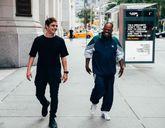 Martin Garrix junto a Mike Yung caminando en el videoclip de su...