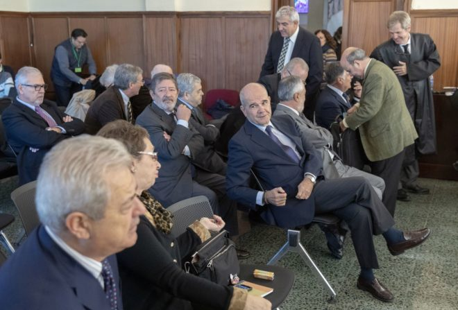 El ex presidente Chaves se dirige a la ex consejera Carmen Martínez Aguayo, minutos antes de iniciarse la sesión de este lunes del juicio de los ERE.