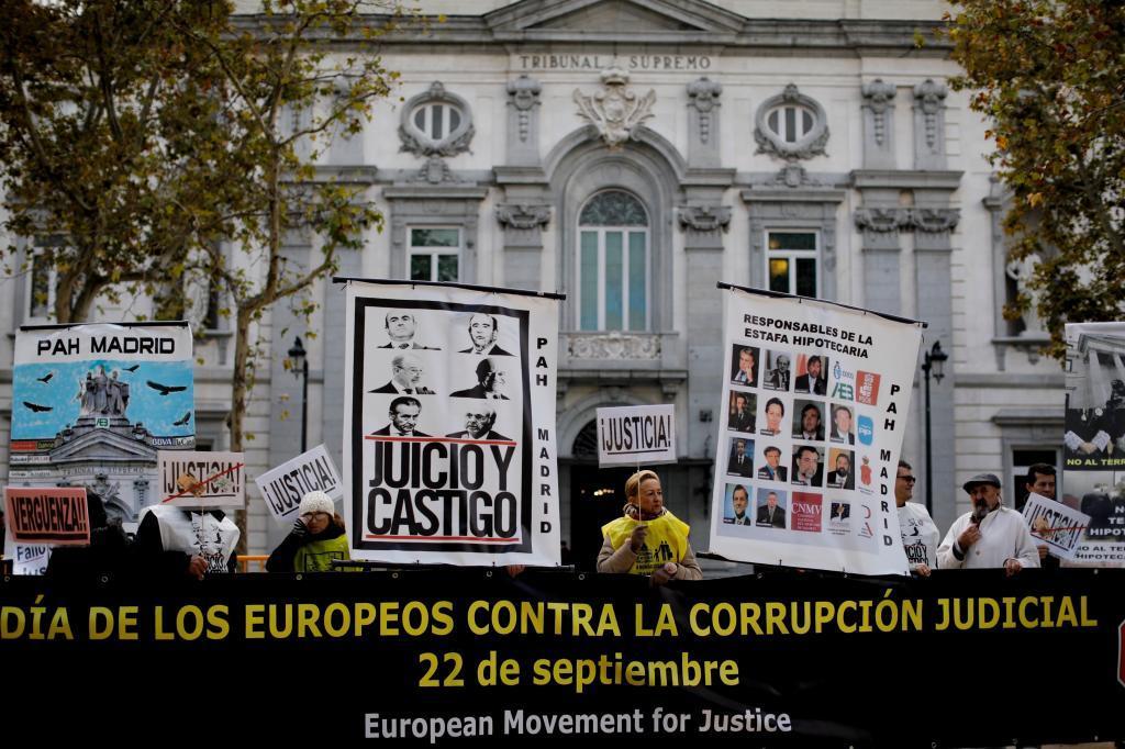 Manifestación de afectados por las hipotecas frente al Tribunal Supremo, ayer.