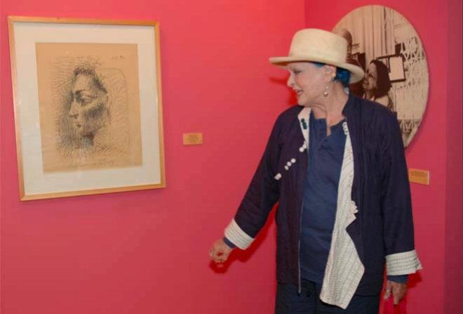 Lucía, junto a un retrato que le hizo el propio Picasso.