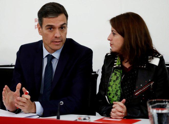 El presidente del gobierno, Pedro Sánchez, junto a la Portavoz del Grupo Parlamentario Socialista en el Congreso, Adriana Lastra, ayer, durante la reunión de la Ejecutiva del PSOE.