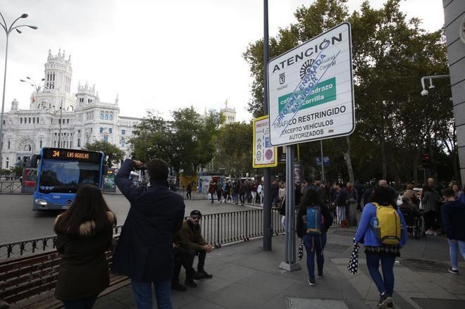 Un cartel de Madrid Central advierte de las próximas restricciones al tráfico.