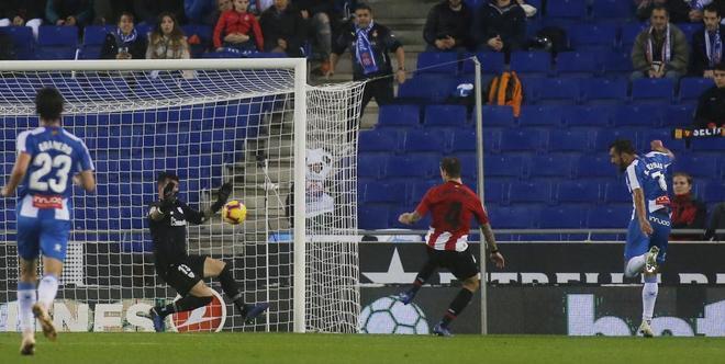 Borja Iglesias remata a portería en la jugada del único gol.