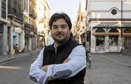 El periodista Díaz Pérez, en la calle Feria de Sevilla, donde nació Jesús de la Rosa, del grupo Triana.