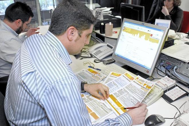 Un empleado trabaja en una oficina