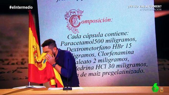 Momento en el que Dani Mateo se suena la nariz en la bandera de España en 'El intermedio'.