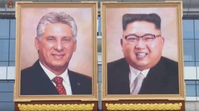 Retratos del presidente cubano Díaz-Canel y Kim Jong-un exhibidos en Pyongyang, Corea del Norte.
