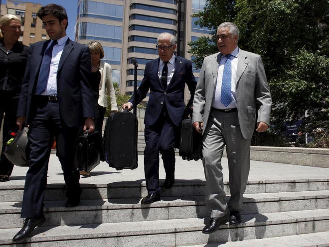 El ex presidente del Real Madrid, Lorenzo Sanz (dcha.), a su salida de la Audiencia Provincial de Madrid, en junio de 2013.