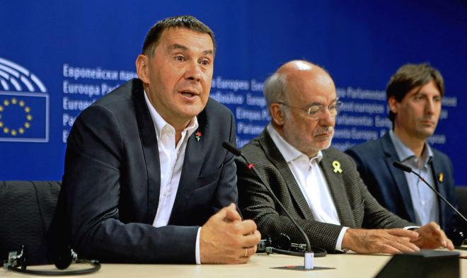Arnaldo Otegi durante su comparecencia ayer en Bruselas, donde estuvo...