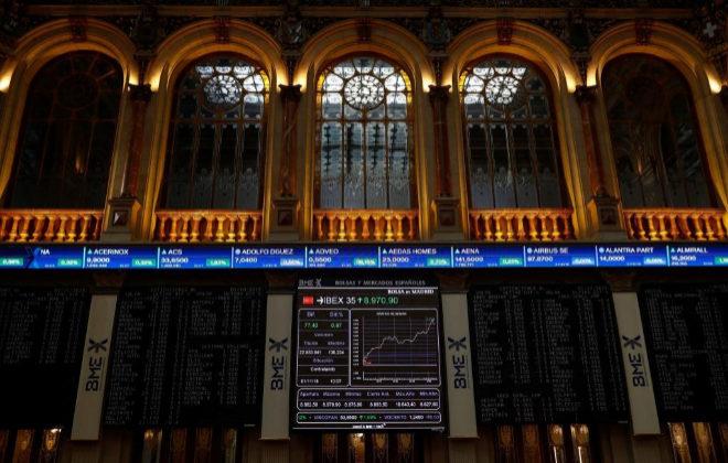 Sesión de cotización en el Ibex 35 desde el Palacio de la Bolsa en Madrid.