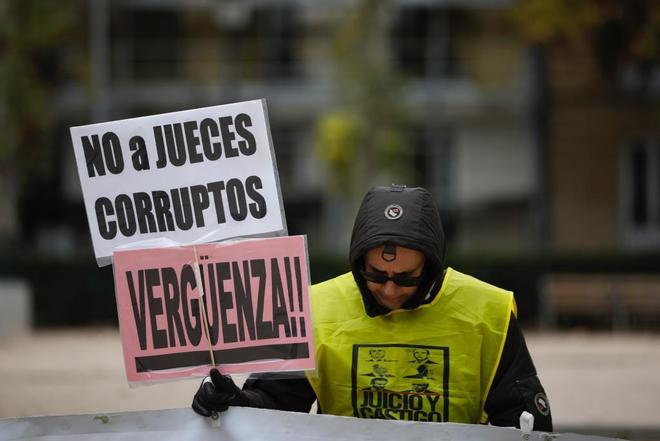 Un hombre protesta ante el Tribunal Supremo por la resolución favorable a la banca