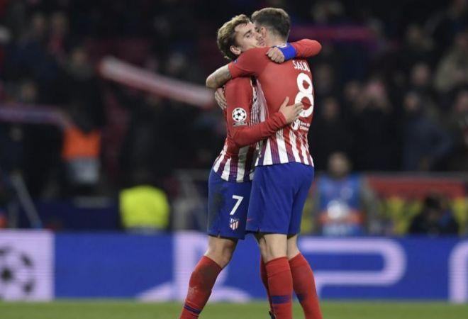 Griezmann y Saúl se abrazan en el partido ante el Dortmund.