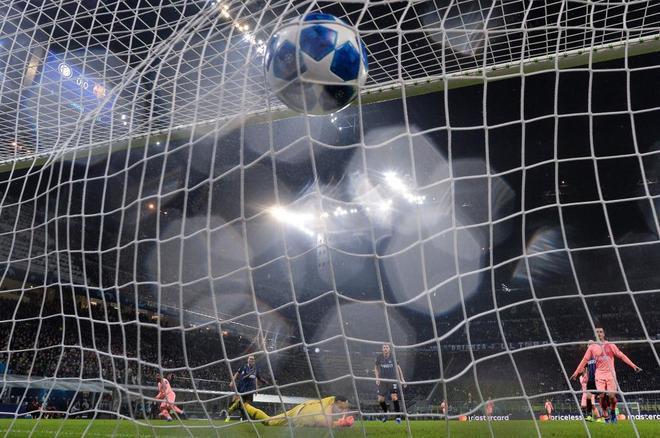 El balón se cuela en la portería de Handanovic tras un lanzamiento de Malcom.
