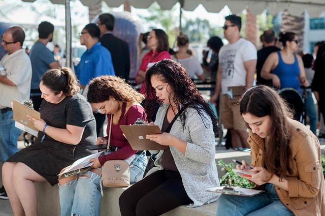 Un grupo de mujeres se registra para votar en un centro electoral de San Diego, California.