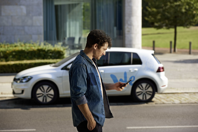 Un usuario ante uno de los vehículos de Volkswagen We