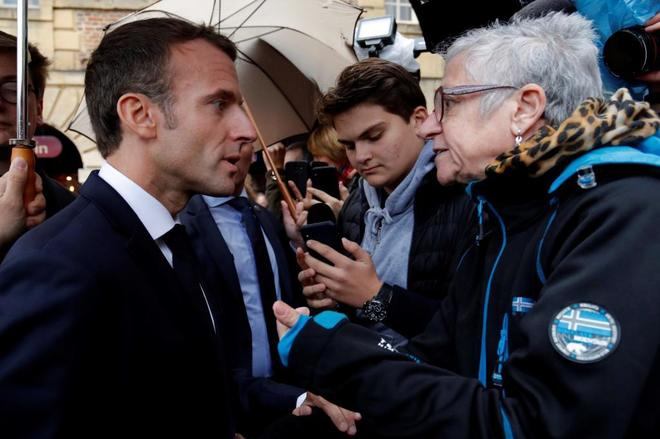 Macron conversa con una vecina durante su visita este miércoles a Charleville-Mezieres (Las Ardenas).