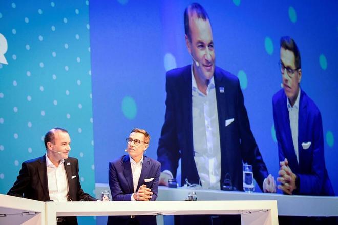 Manfred Weber (izda.) y Alexander Stubb, ayer, en un debate durante el pleno del congreso del Partido Popular Europeo en Helsinki.