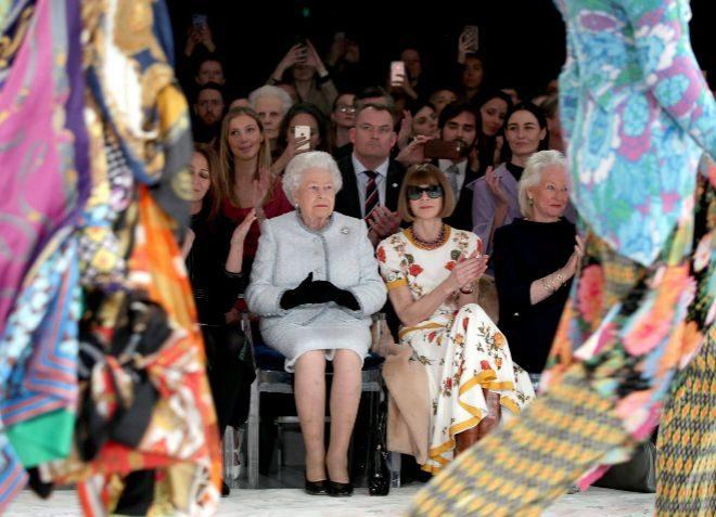 La reina Isabel II de Inglaterra y Anna Wintour, en el desfile de...
