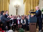 Trump abronca al reportero de la CNN Jim Acosta (i) durante una...
