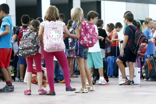 Alumnos a la entrada de un colegio, en Valencia