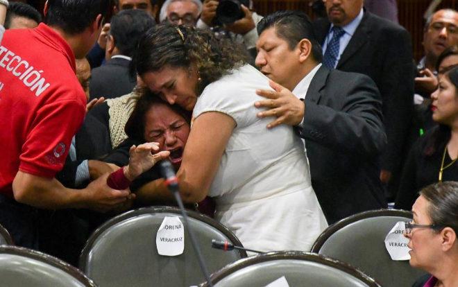 Informan a una diputada mexicana del asesinato de su hija en plena sesión