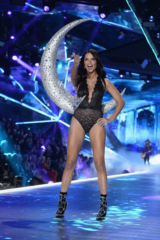 Desfile de Victoria s Secret 2018- Adriana Lima con un body de...