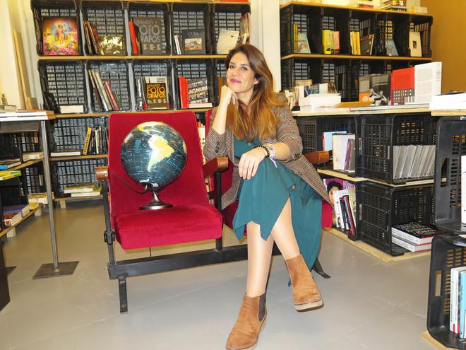 La directora de cine Paola García Costas, en la librería La Caótica, durante la entrevista.