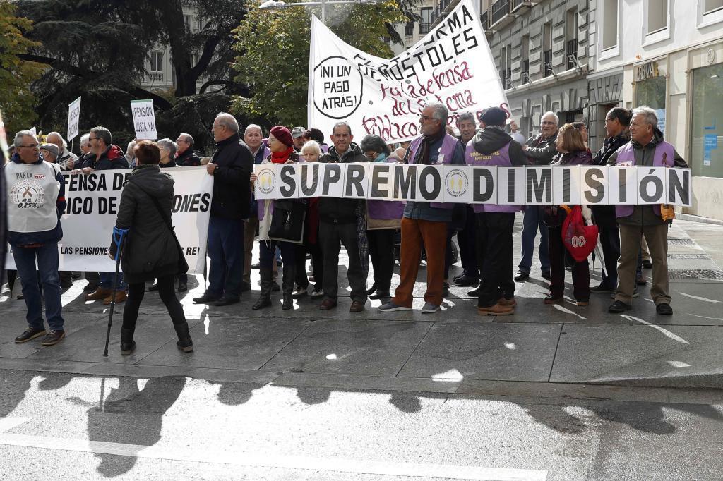 Un grupo de manifestantes protesta contra la decisión del Tribunal Supremo sobre las hipotecas, esta mañana frente al Congreso de los Diputados.